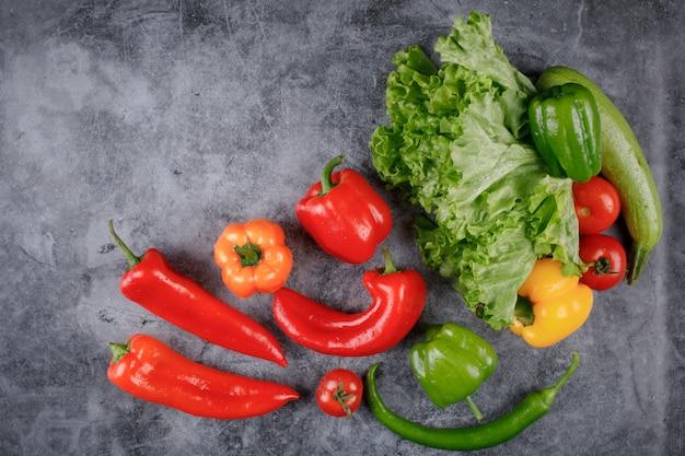 Enquadramento de vegetais com pimentos e hortaliças.
