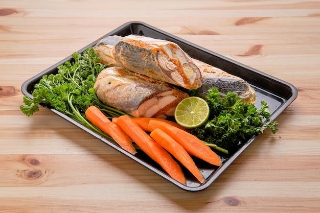 Enrolado de peixe com ovo e especiarias na bandeja