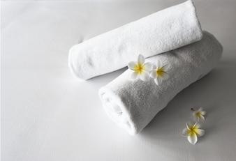 Enrolado toalhas limpas em uma cama