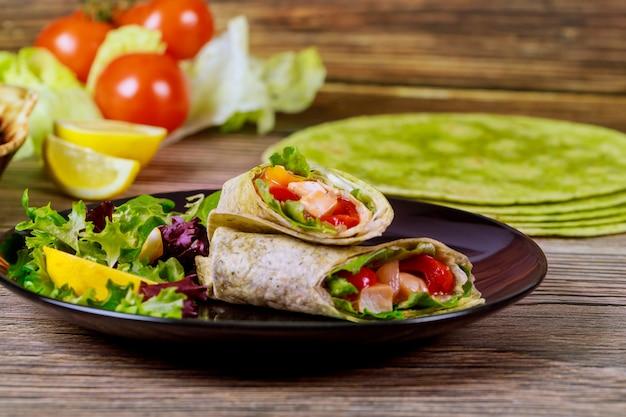 Enrole com carne e vegetais feitos com tortilhas de espinafre.