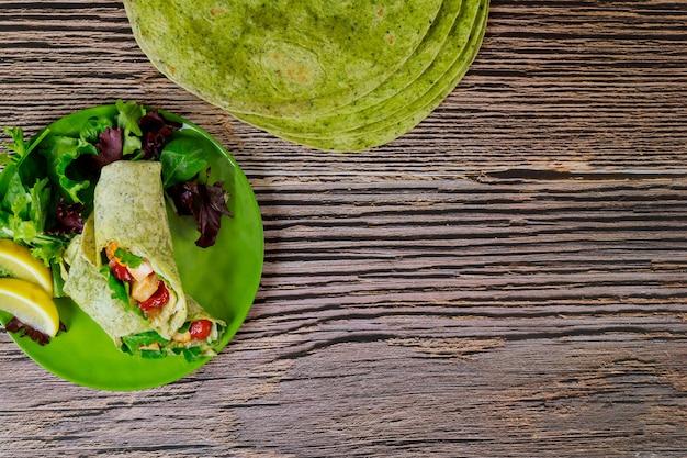 Enrole com frango grelhado e legumes em tortilhas de espinafre