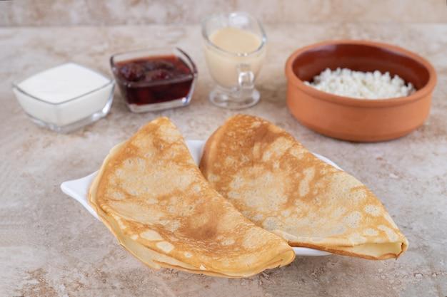 Enrole panquecas com queijo cottage e geleia de morango