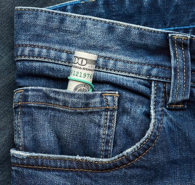 Enrolou notas de papel de cem dólares e apertou com elástico verde