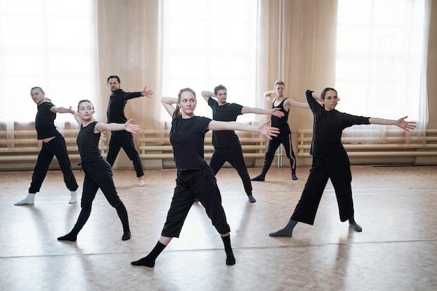 Ensaio de dançarinos contemporâneos