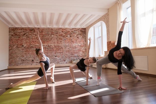 Ensaio de exercícios das bailarinas. esporte para meninas. ginástica rítmica na aula de dança com a treinadora. fundo de academia, estilo de vida saudável, conceito de individualidade