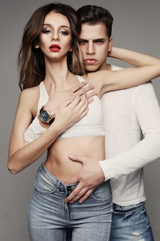 Ensaio de moda de um casal sexy, jovem e belo