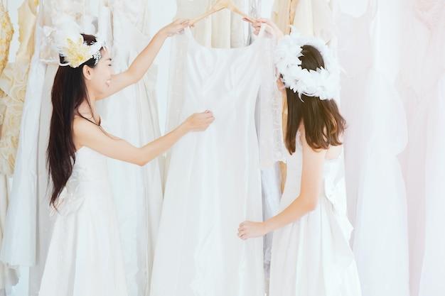 Ensaio de vestido de dama de honra na alfaiataria.