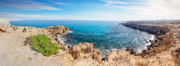 Enseada com água azul em cape cavo greco
