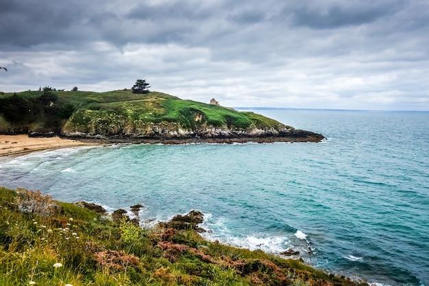Enseada e paisagem de praia na bretanha, frança