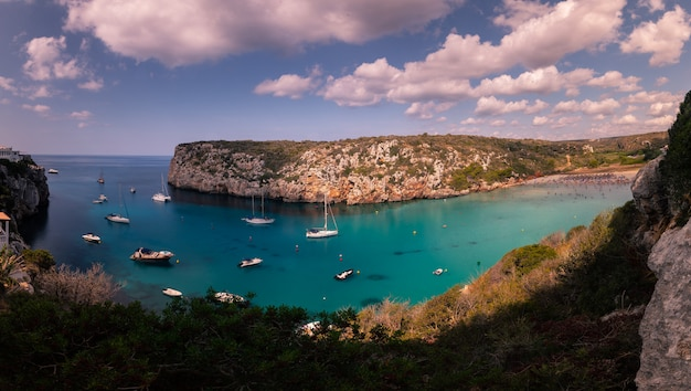 Enseada na ilha de menorca, espanha.