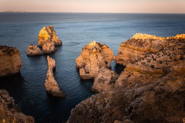 Enseadas e falésias na ponta da piedade, o local mais famoso da região do algarve, em portugal