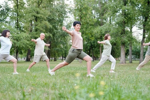 Ensinando idosos a fazer exercícios de equilíbrio