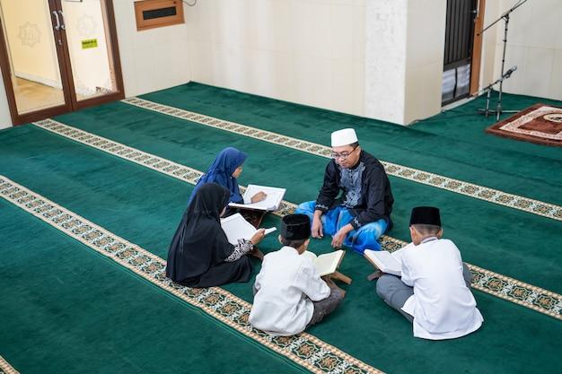 Ensinar criança muçulmana a ler o alcorão