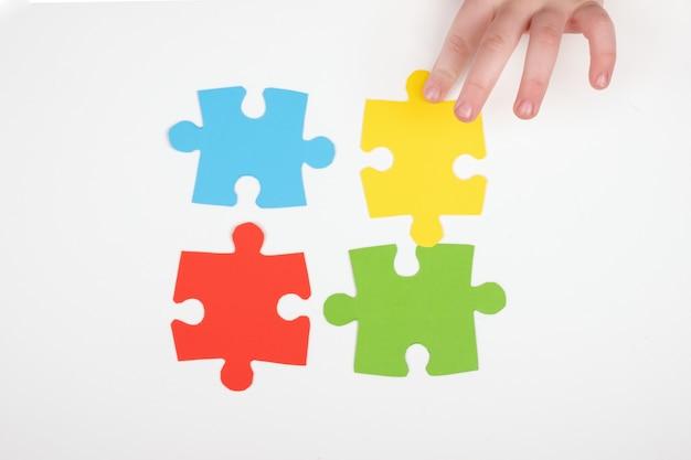 Ensinar crianças com autismo, símbolo do autismo, montagem de quebra-cabeças.