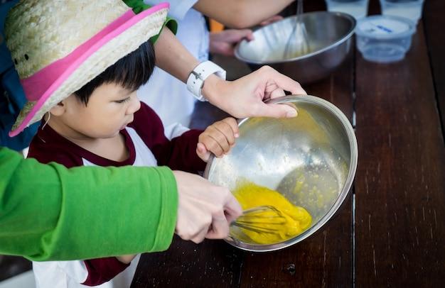 Ensinar o menino japonês em uma aula de reserva