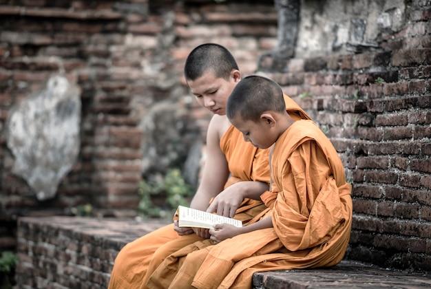Ensine jovens monges novatos