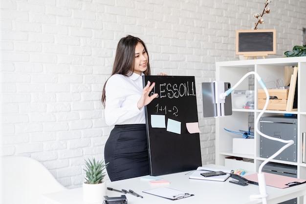 Ensino à distância. e-learning. mulher ensinando inglês online usando um tablet