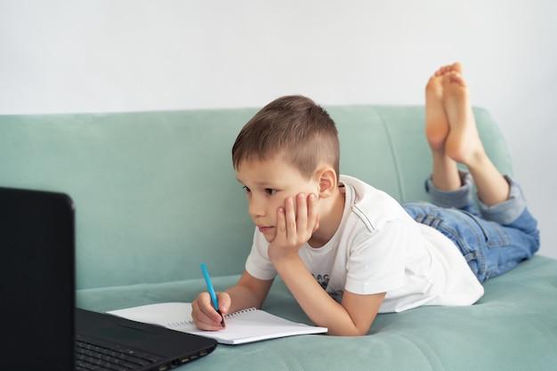 Ensino a distância em casa com os alunos. os alunos estudam em casa.