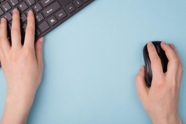 Ensino à distância. foto de visão aérea de primeira pessoa de primeira pessoa do aluno encontrando as informações necessárias na internet usando o mouse sem fio e o teclado isolado fundo vazio cópia espaço em branco