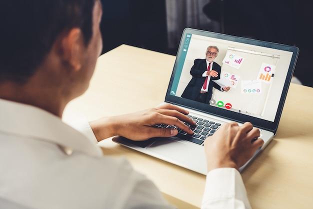 Ensino eletrónico e apresentação em linha do negócio que encontra o conceito.