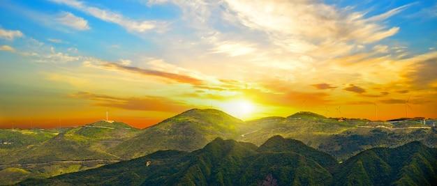 Ensolarado paisagem das montanhas