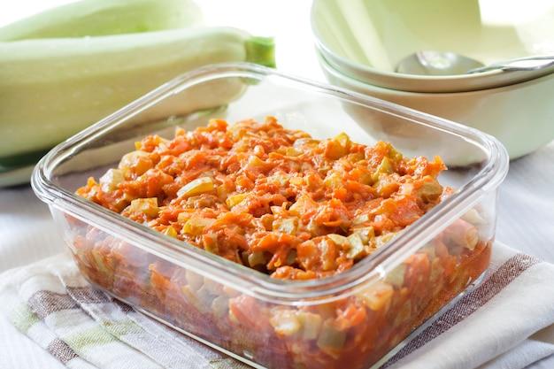 Ensopado de abóbora com cenoura e tomate em um prato de vidro quadrado