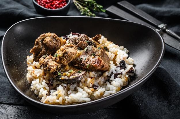 Ensopado de borrego de estilo grego com arroz em uma tigela escura