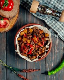 Ensopado de carne com batatas fritas, cogumelos e pimenta