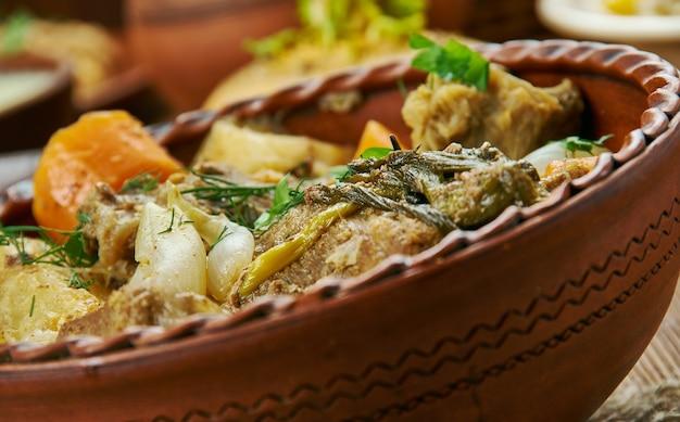 Ensopado de carne escocês de cozimento lento, culinária escocesa, pratos tradicionais variados, vista de cima.