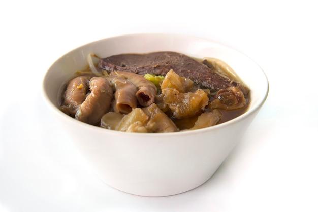 Ensopado de carne sopa de macarrão isolado no fundo branco