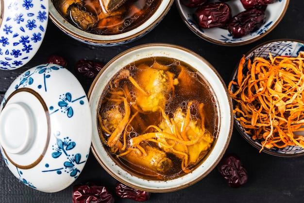 Ensopado de costelinha de porco de medicina chinesa