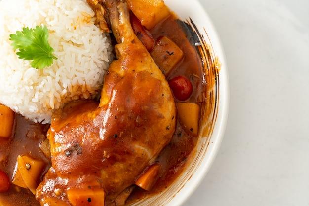 Ensopado de frango caseiro com tomate, cebola, cenoura e batata no prato com arroz