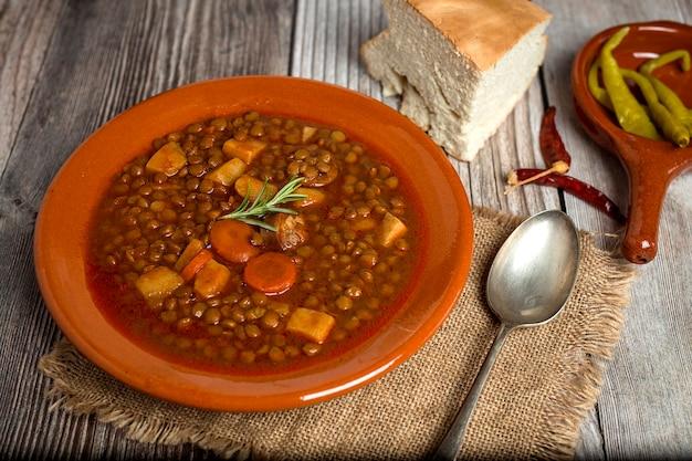 Ensopado de lentilhas com chouriço e carne de porco