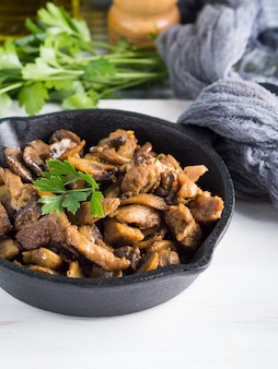 Ensopado de peru com cogumelos e especiarias na frigideira