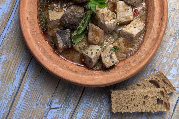 Ensopado de tajin de peixe caseiro tradicional com batatas. comida marroquina. comida halal