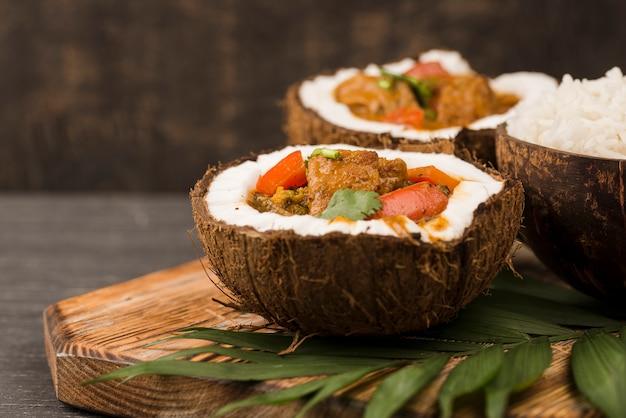 Ensopado e arroz em pratos de coco