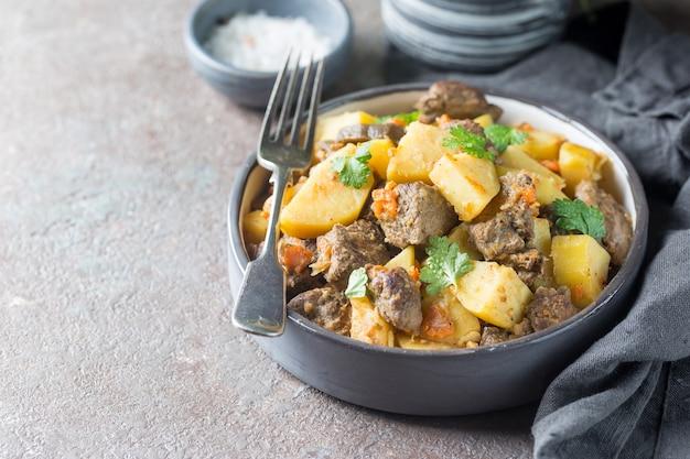 Ensopado irlandês feito com carne, batata, cenoura e ervas. prato tradicional do dia de são patrício.