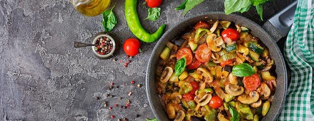 Ensopado picante quente de berinjela, pimentão, tomate, abobrinha e cogumelos. postura plana. vista do topo.