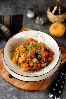 Ensopado vegetariano com abobrinha, cebola, nabo, batata doce e cenoura