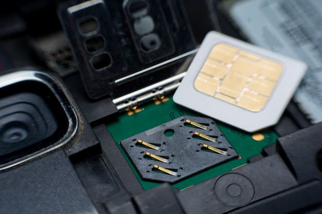 Entalhe / soquete de cartão de sim no fim esperto móvel do telefone acima.