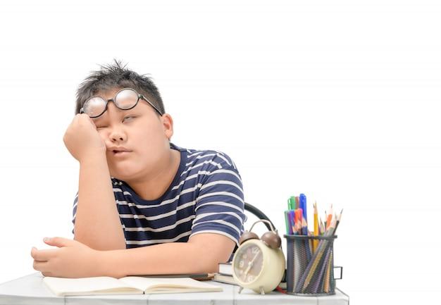 Entediado e cansado estudante asiática fazendo lição de casa eu