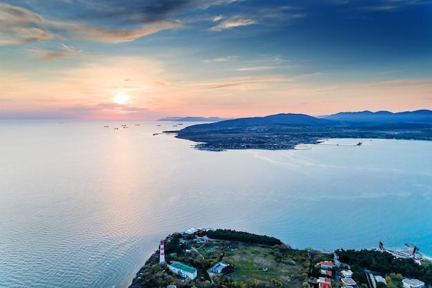 Entrada alta para a baía gelendzhik ao pôr do sol com tempo calmo e sem vento