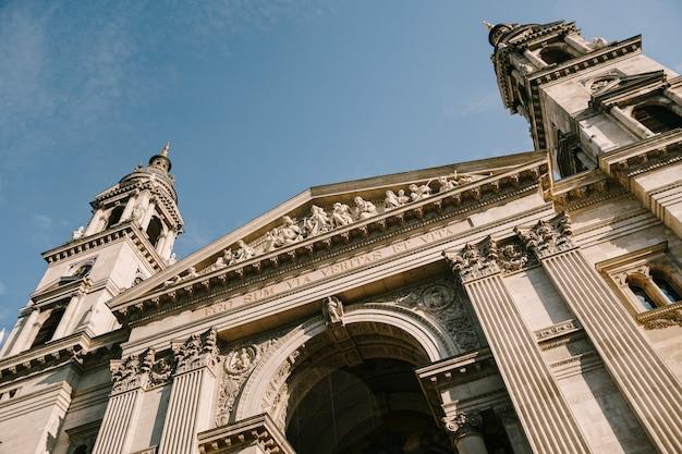 Entrada central da basílica de são estêvão em budapeste contra um céu azul