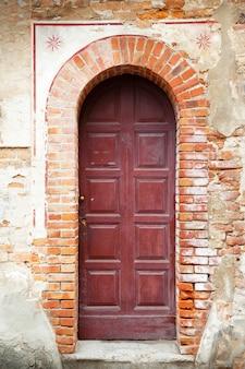 Entrada com porta vintage velha