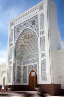 Entrada da mesquita branca em tashkent, uzbequistão.