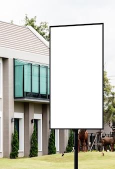 Entrada de outdoor ao ar livre para a vila com fundo branco simulado de traçado de recorte