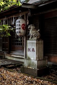 Entrada de templo japonês com lanterna