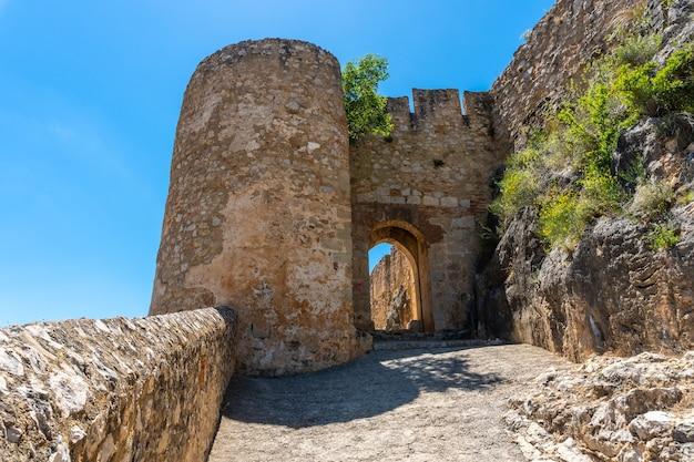 Entrada do castelo da cidade medieval de chulilla nas montanhas da comunidade valenciana
