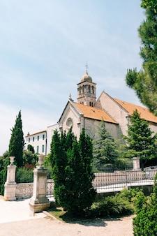 Entrada do mosteiro de são francisco em sibenik