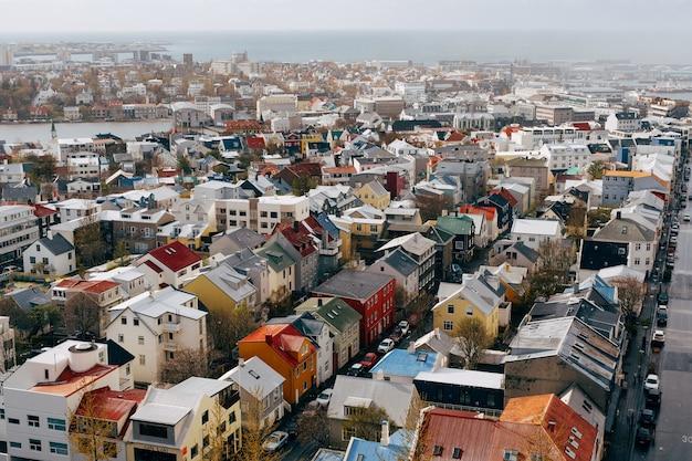 Entrada do porto colorido vermelho verde azul casas casas prédios de apartamentos carros ônibus ruas oceano